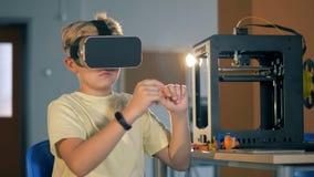 Garçon dans les technolgies innovateurs d'étude de casque de la réalité virtuelle 3D dans le laboratoire d'école 4K