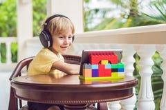 Garçon dans les tropiques parlant avec les amis et la famille sur l'usi visuel d'appel Image libre de droits