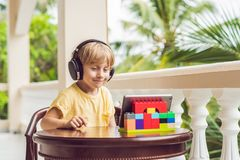 Garçon dans les tropiques parlant avec les amis et la famille sur l'usi visuel d'appel Photographie stock libre de droits