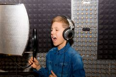 Garçon dans un studio d'enregistrement images libres de droits