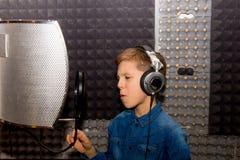 Garçon dans un studio d'enregistrement images stock