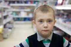 Garçon dans un supermarché Photographie stock libre de droits