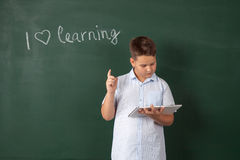 Garçon dans une chemise avec des conseils pédagogiques Image stock