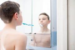 Garçon dans une salle de bains Images libres de droits
