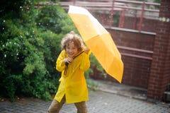 Garçon de 8-9 ans sous la pluie Photographie stock