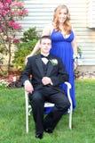 Garçon de bal d'étudiants s'asseyant près de la datte à l'extérieur Photo libre de droits