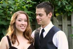Garçon de bal d'étudiants souriant à la belle date Photographie stock libre de droits