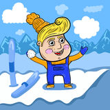 Garçon de bande dessinée jouant dans la neige haute dans les montagnes images stock