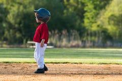 Garçon de base-ball de la jeunesse sur la base photos libres de droits