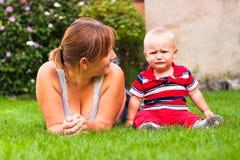 Garçon de bel enfant en bas âge de mère et de pleurer à l'extérieur Photographie stock
