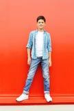 Garçon de bel enfant utilisant une chemise à carreaux et des jeans Image stock