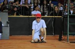 Garçon de boule dans l'action pendant un match de tennis Photo stock