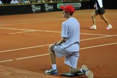 Garçon de boule dans l'action pendant un match de tennis Photographie stock