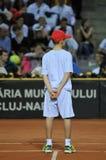 Garçon de boule dans l'action pendant un match de tennis Photos stock