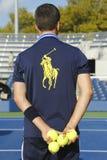 Garçon de boule tenant des balles de tennis chez Billie Jean King National Tennis Center Photographie stock libre de droits