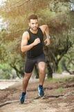 Garçon de coureur dans la forêt Photo libre de droits