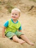 Garçon de deux ans à la plage de sable Photos stock
