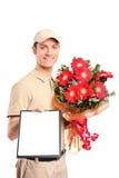 Garçon de distribution livrant le bouquet des fleurs Photographie stock libre de droits