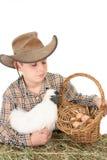 Garçon de ferme avec le panier des oeufs Image libre de droits