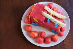 Garçon de gâteau d'anniversaire cinq années Photos libres de droits
