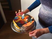 Garçon de gâteau d'anniversaire cinq années Images stock