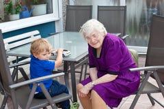 Garçon de grand-mère et d'enfant en bas âge en été Photographie stock libre de droits