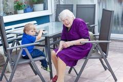 Garçon de grand-mère et d'enfant en bas âge en été Photo libre de droits