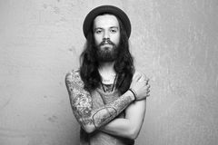 Garçon de hippie avec le tatouage et les longs cheveux Images libres de droits