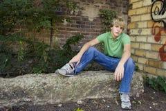 Garçon de l'adolescence attirant image stock