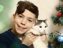 Garçon de l'adolescence avec étreindre de chat Images libres de droits