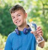 Garçon de l'adolescence avec de l'eau Photos stock