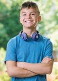 Garçon de l'adolescence avec des écouteurs Photo libre de droits