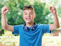Garçon de l'adolescence avec des écouteurs Photos stock