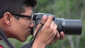 Garçon de l'adolescence avec l'appareil-photo de photographie banque de vidéos