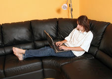 Garçon de l'adolescence avec l'ordinateur portatif 2 images libres de droits