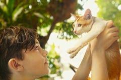 Garçon de l'adolescence avec la fin de chaton vers le haut de la photo Photo stock