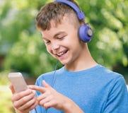 Garçon de l'adolescence avec le téléphone Images libres de droits