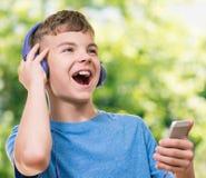 Garçon de l'adolescence avec le téléphone Image stock