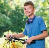Garçon de l'adolescence avec le vélo Photos libres de droits