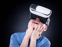 Garçon de l'adolescence avec VR images libres de droits