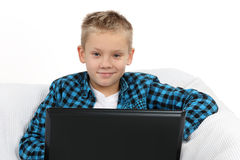 Garçon de l'adolescence beau avec l'ordinateur portable image libre de droits