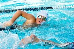 Garçon de l'adolescence concurrençant au gala de natation images libres de droits