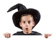 Garçon de l'adolescence dans le magicien de costume de carnaval d'isolement en fonction Image stock