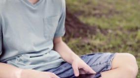Garçon de l'adolescence en parc de ville banque de vidéos