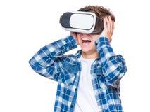 Garçon de l'adolescence en verres de VR Images libres de droits