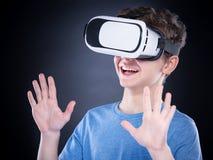 Garçon de l'adolescence en verres de VR Photos libres de droits