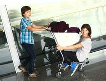 Garçon de l'adolescence et fille attendant dans l'aéroport image stock