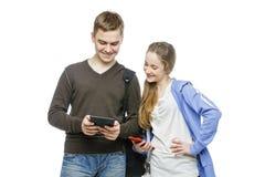 Garçon de l'adolescence et fille se tenant avec des téléphones portables Photo libre de droits