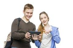 Garçon de l'adolescence et fille se tenant avec des téléphones portables Photographie stock libre de droits