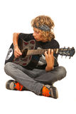 Garçon de l'adolescence jouant la guitare acoustique Photo stock